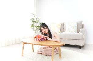 部屋でリラックスする女性の写真素材 [FYI04657542]