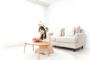 部屋でリラックスする女性の写真素材 [FYI04657547]