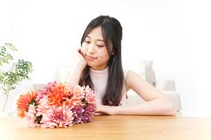 部屋でリラックスする女性の写真素材 [FYI04657549]