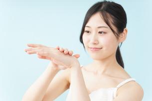 ハンドクリームを塗る女性の写真素材 [FYI04657561]