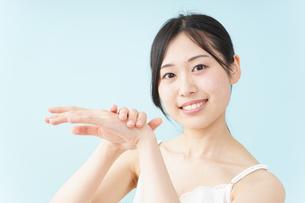 ハンドクリームを塗る女性の写真素材 [FYI04657562]