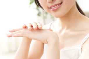ハンドクリームを塗る女性の写真素材 [FYI04657577]