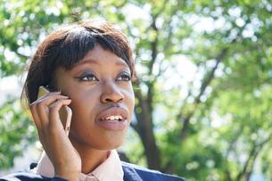 スマホで通話する黒人女性の写真素材 [FYI04657627]
