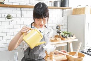 ドリップコーヒーを入れる若い女性の写真素材 [FYI04657663]