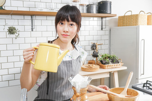 ドリップコーヒーを入れる若い女性の写真素材 [FYI04657666]