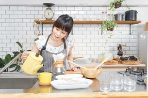 ドリップコーヒーを入れる若い女性の写真素材 [FYI04657669]