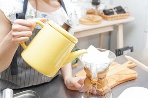 ドリップコーヒーを入れる若い女性の写真素材 [FYI04657673]