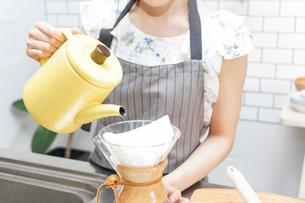 ドリップコーヒーを入れる若い女性の写真素材 [FYI04657676]