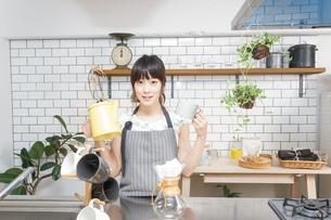 ドリップコーヒーを入れる若い女性の写真素材 [FYI04657677]