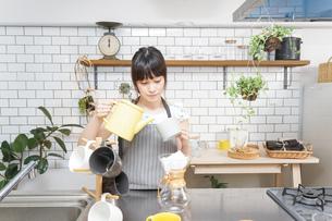 ドリップコーヒーを入れる若い女性の写真素材 [FYI04657679]