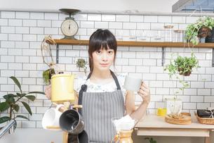 ドリップコーヒーを入れる若い女性の写真素材 [FYI04657680]