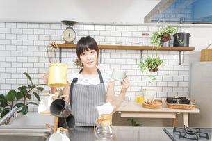 ドリップコーヒーを入れる若い女性の写真素材 [FYI04657683]