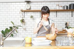 料理をする若い女性 の写真素材 [FYI04657690]