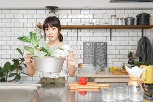 野菜と女性の写真素材 [FYI04657695]