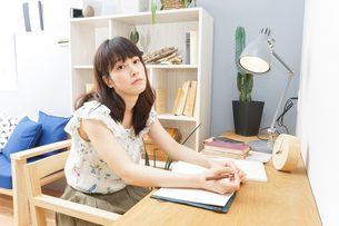 読書をする女性の写真素材 [FYI04657779]