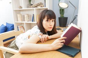 読書をする女性の写真素材 [FYI04657787]