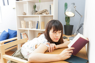 読書をする女性の写真素材 [FYI04657792]