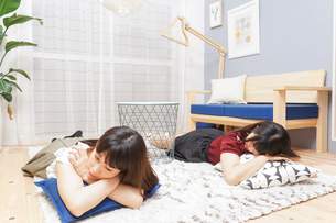 お泊りをする女子学生の写真素材 [FYI04657804]