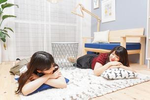 お泊りをする女子学生の写真素材 [FYI04657805]