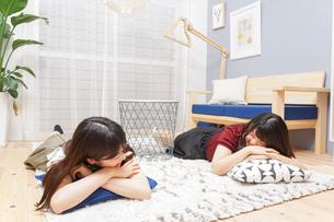 お泊りをする女子学生の写真素材 [FYI04657806]