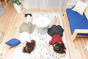 お泊りをする女子学生の写真素材 [FYI04657809]