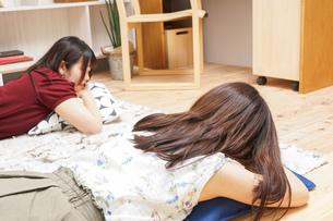 お泊りをする女子学生の写真素材 [FYI04657814]