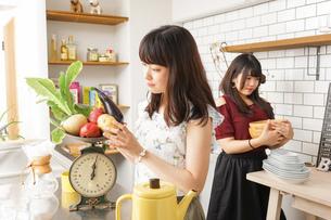 料理をする2人の女性の写真素材 [FYI04657870]