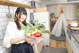 野菜を持つ女性の写真素材 [FYI04657880]