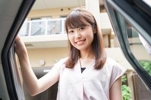 車に乗る女性の写真素材 [FYI04657884]