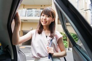車に乗る女性の写真素材 [FYI04657887]