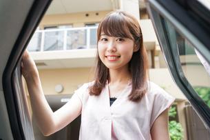 車に乗る女性の写真素材 [FYI04657907]