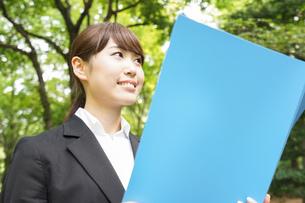 書類を持つビジネスウーマンの写真素材 [FYI04657916]