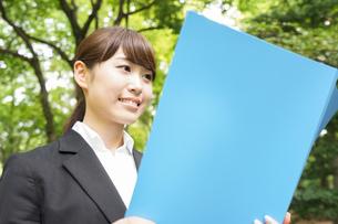書類を持つビジネスウーマンの写真素材 [FYI04657920]