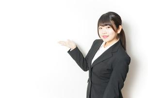 スーツを着た就活生の写真素材 [FYI04657941]