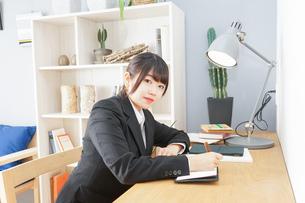 スーツを着て勉強をする女性の写真素材 [FYI04657948]