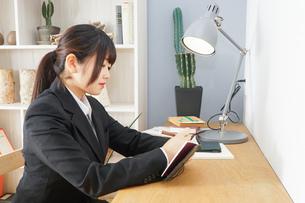 スーツを着て勉強をする女性の写真素材 [FYI04657951]