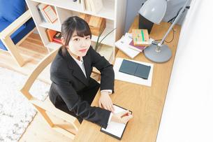 スーツを着て勉強をする女性の写真素材 [FYI04657956]