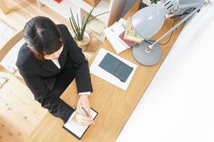 スーツを着て勉強をする女性の写真素材 [FYI04657959]