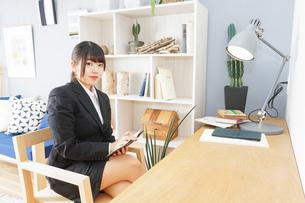 スーツを着て勉強をする女性の写真素材 [FYI04657961]