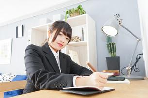 スーツを着て勉強をする女性の写真素材 [FYI04657968]