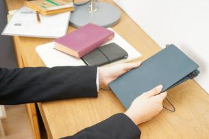 スーツを着て勉強をする女性の写真素材 [FYI04657969]