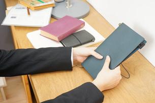 スーツを着て勉強をする女性の写真素材 [FYI04657970]