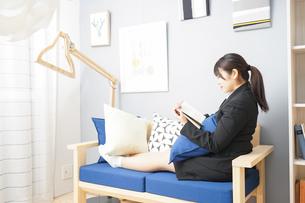 スーツを着て読書をする女性の写真素材 [FYI04657977]