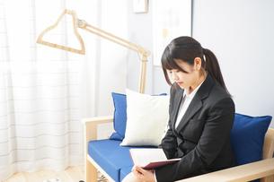スーツを着て読書をする女性の写真素材 [FYI04657979]