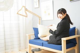 スーツを着て読書をする女性の写真素材 [FYI04657981]