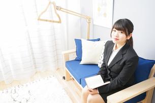 スーツを着て読書をする女性の写真素材 [FYI04657983]