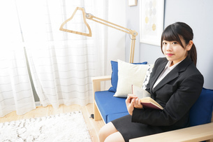 スーツを着て読書をする女性の写真素材 [FYI04657988]