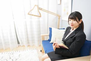 スーツを着て読書をする女性の写真素材 [FYI04657989]