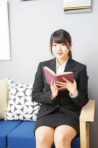 スーツを着て読書をする女性の写真素材 [FYI04657990]