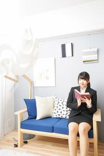 スーツを着て読書をする女性の写真素材 [FYI04657993]